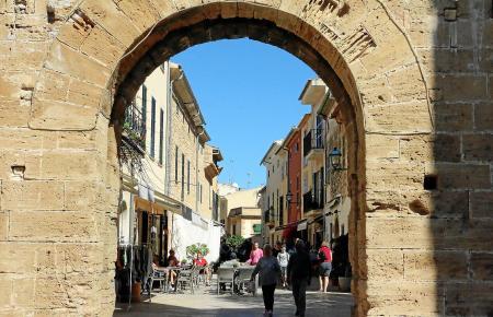 Der historische Ortskern von Alcúdia im Norden von Mallorca ist teilweise von dicken Mauern umgeben.
