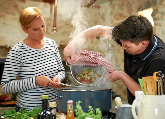 Unter anderem kommen Fisch, Kaninchen und Lammschulter auf den Tisch. Tim Mälzer lässt sich von Nina beim Kochen helfen.