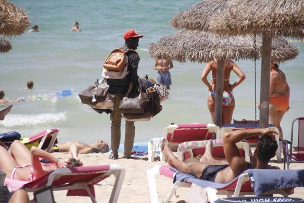 Das Archivfoto zeigt einen afrikanischen Straßenhändler am Strand der Playa de Palma.