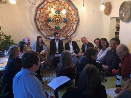 Palmas OB Antoni Noguera (M.) mit Politikern und Residenten im Restaurant Simply Delicious in Palma.
