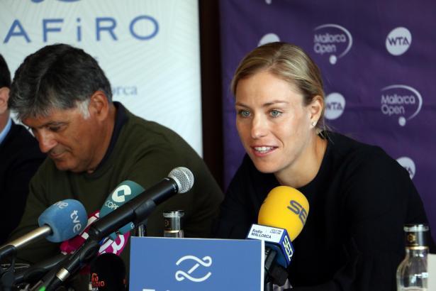 """Angelique Kerber während der Pressekonferenz am Dienstag. Neben ihr Toni Nadal, Turnierdirektor der """"Mallorca Open""""."""