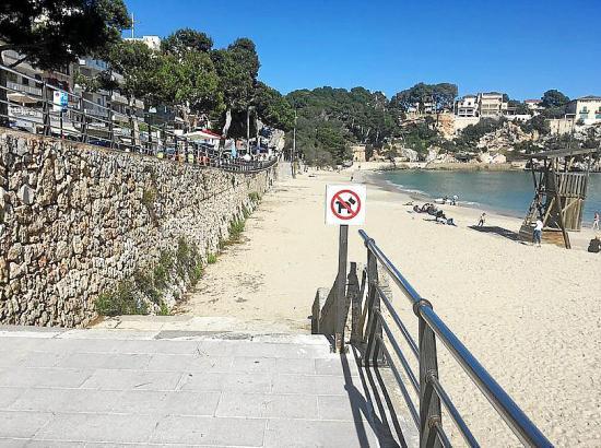 Am Strand von Porto Cristo stehen bereits die Verbotsschilder.
