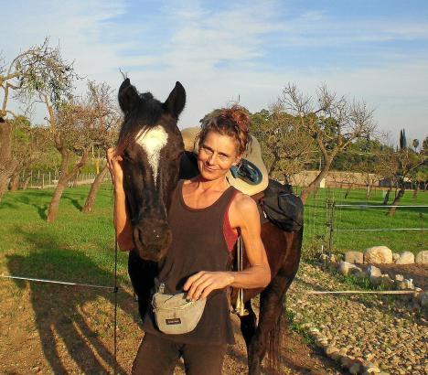 Stephanie Kindermann mit ihrem Pferd Orfeo auf ihrer Mallorca-Finca.