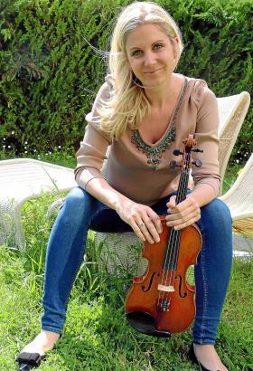 Die Violinistin Nina Heidenreich tritt in der Bodega Macià Batle auf.