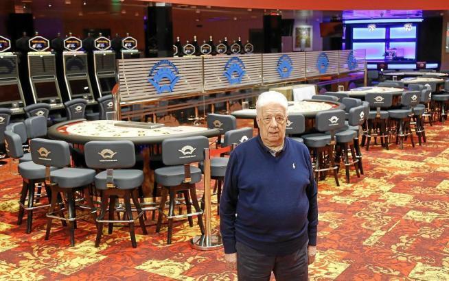 Rafael López zeigt das fertig eingerichtete Casino.