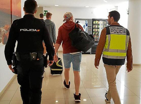 Die beiden Party-Urlauber wurden von der Polizei abgeführt.