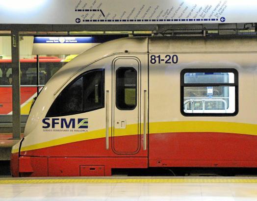 Von der Estació Intermodal an der Plaça d'Espanya fahren Züge, U-Bahnen und Busse ab.