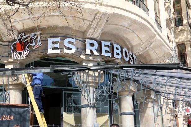 Das Restaurant Es Rebost an der Plaça d'Espanya in Palma de Mallorca.