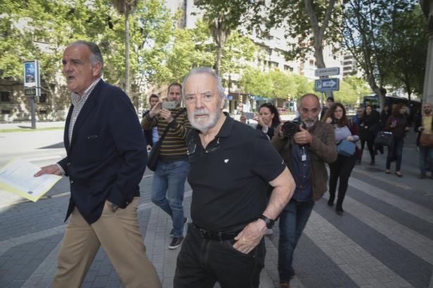 Cursach (mit Bart) und sein Anwalt beim Verlassen des Gerichtsgebäudes auf Mallorca.