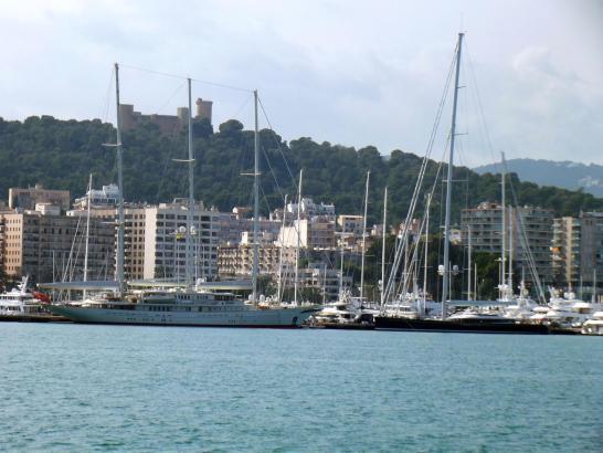 """""""Athena"""" (drei Masten, links) und """"Kokomo"""" (ein Mast) am Donnerstag vor der Skyline von Palma."""