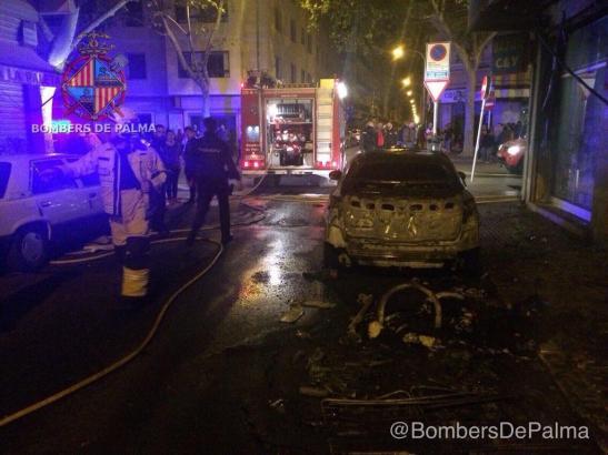 Einige Autos brannten bei dem Feuer aus.