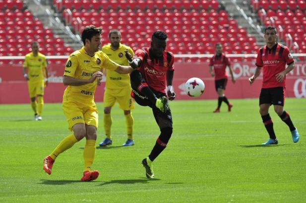 Hier ist Real Mallorcas Lago Junior einen Tick eher am Ball als die gelben Gegner von Olot.