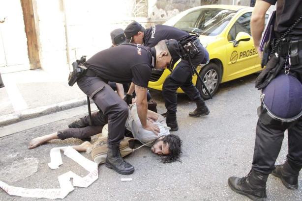 Polizisten bei der Räumung eines besetzten Hauses in Palma de Mallorca.