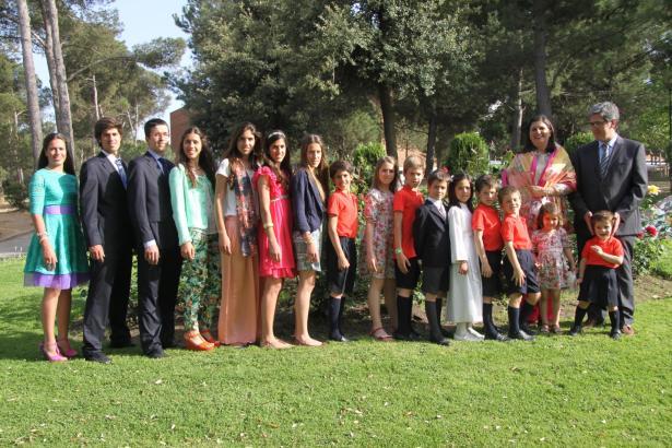 Ein Bild mit 16 Kindern aus dem Jahr 2012. Damals lebte Rosa Pich-Aguileras Mann noch (ganz rechts). Tochter Carmencita (ganz li