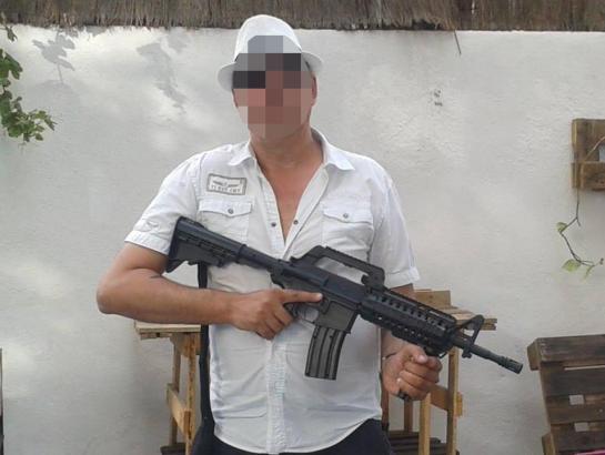 Der Beschuldigte posiert bei Facebook mit einem Gewehr.