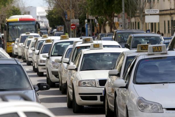 Taxis auf den Balearen führen die Farbe Weiß.