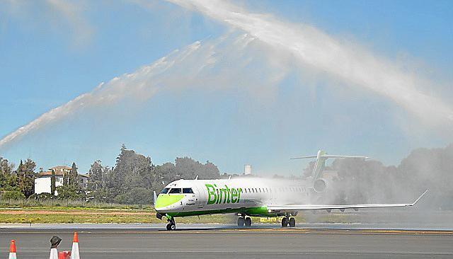 Ankunft des ersten Binter-Jets auf dem Flughafen Son Sant Joan.