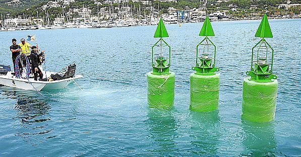 Mitarbeiter der Hafenbehörde schaffen die neuen Bojen an ihre vorgesehenen Standorte.