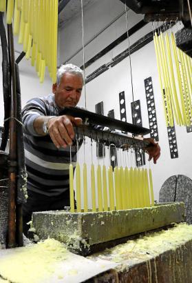 Guiem Ramis Carbonell benutzt dieselbe Handwerkstechnik wie schon sein Großvater vor 118 Jahren.