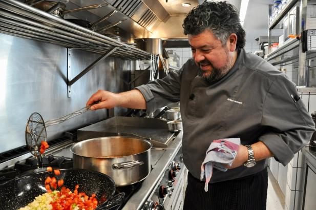 Regionalkoch Alfredo Molinet bereitet sein Frito Mallorquin zu.