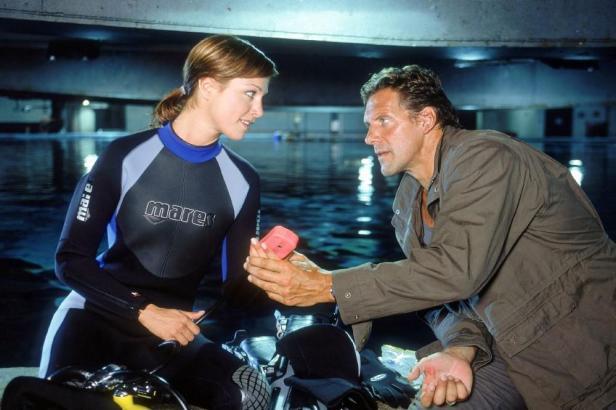 Bei seinen Recherchen im Forschungslabor kommen sich Sven Hansen (Ralf Moeller) und Julia (Julia Stinshoff) näher.
