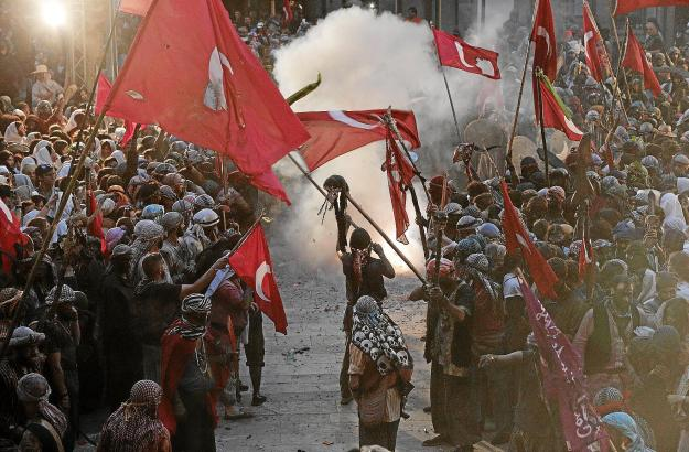Spektakuläre Kampfszenen auf der Plaça Constitució.