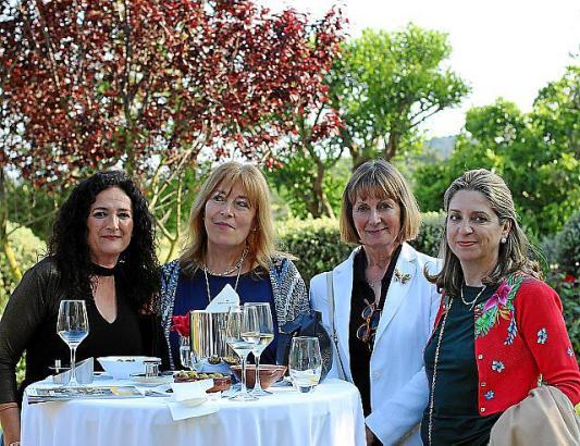 Quartett im Hotelgarten des Castell Son Claret im Südwesten der Insel: Begoña Martín, Marilena Narbona, Petra Zerbst und Alicia