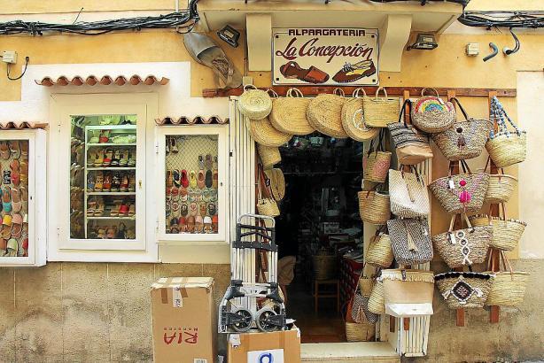Seit 1940 werden in der Alpargatería La Concepción traditionelle Sommerschuhe aus Menorca verkauft.