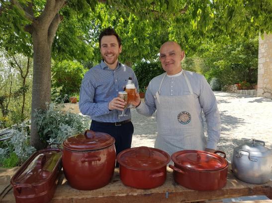 Guillem Cases (l.) von Damm präsentierte das neue Bier gemeinsam mit dem mallorquinischen Koch Tomeu Arbona.