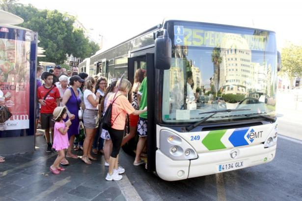 Fahrgäste besteigen an der Plaza de España einen Bus der Linie 25.