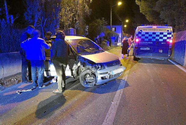 Vollkommen betrunken ist eine 31-jährige Autofahrerin gegen eine Hauswand geprallt.