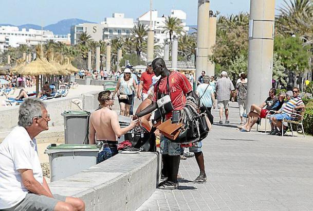 Das Archivfoto zeigt einen ambulanten Straßenhändler an der Playa de Palma.