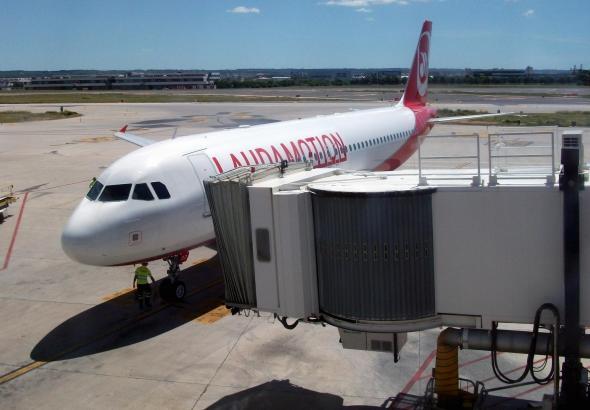 Eine Maschine von Mallorca-Flieger Laudamotion rollt in Palma an den Finger.