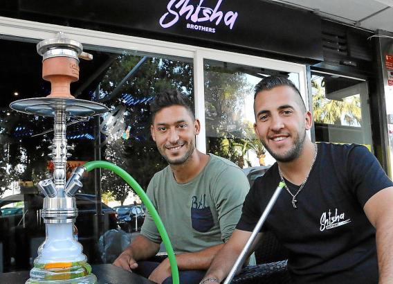 Malik Fathi (links) mit seinem Geschäftspartner Maurizio Alfonso Wagerängel vor ihrer gemeinsamen Bar am Paseo Marítimo.