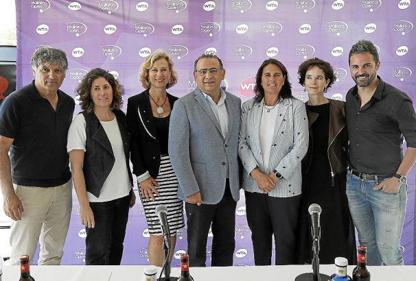 """Nach der Pressekonferenz stellten sich die Teilnehmer zum """"Familienfoto"""" (v.l.): """"Mallorca Open""""-Turnierdirektor Toni Nadal, Ste"""