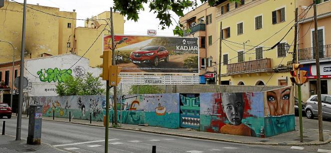 Hier soll das neue Hotel entstehen. Rechts geht es hoch in das Viertel El Terreno, unten führt die Calle Joan Miró zum Hafen Por