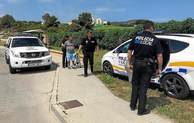 Ein Verdächtiger wird an der Bushaltestelle in Camp de mar abgeführt.