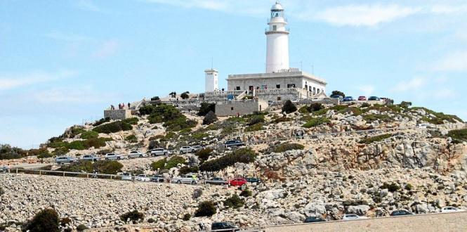Blick auf den Formentor-Leuchtturm nebst parkenden Autos.
