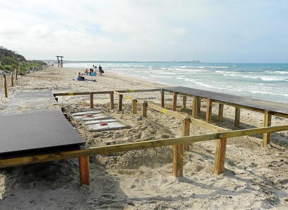 Die erste Strandbar am Es Trenc wird aufgebaut.