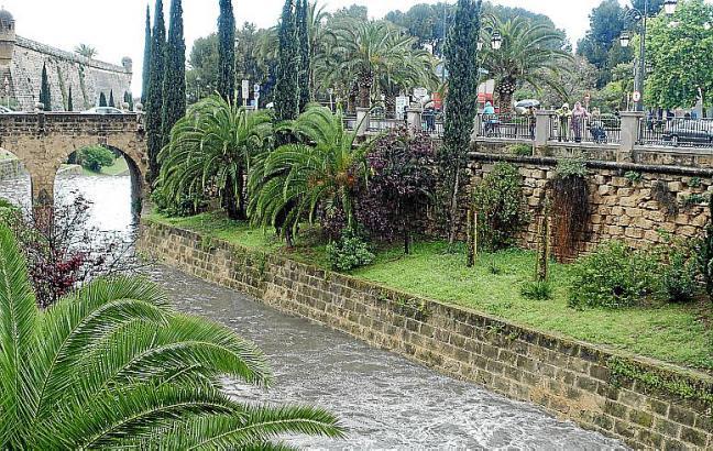 Blick auf den oft wohlgefüllten Riera-Sturzbach in Palma.