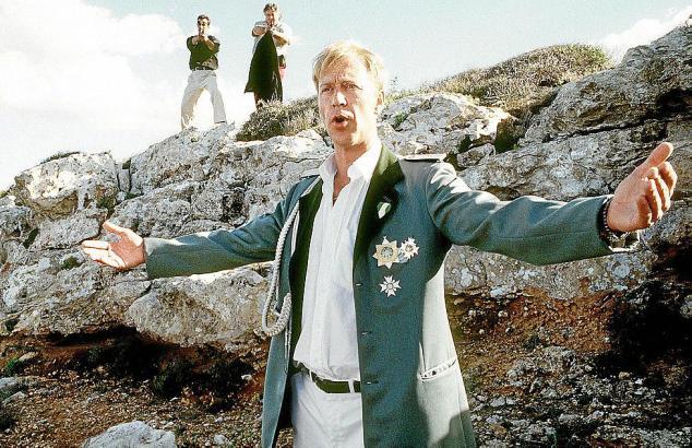 Um Sigis Verfolger abzulenken, mimt Kalle (Oliver Stritzel) den großen Sänger auf der Klippe.