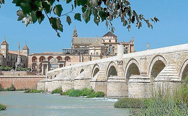 Blick auf Puente Romano und Mezquita-Catedral in Córdoba.