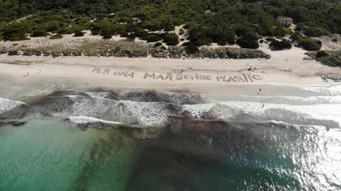 Forderung nach einem Meer ohne Plastik am Strand von Mallorca.