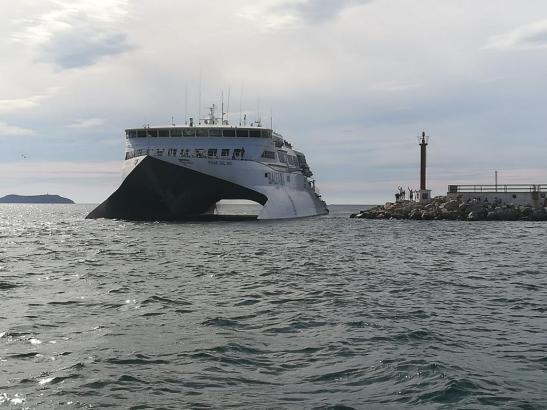 Der in der Hafenmündung von Sant Antoni gestrandete Katamaran.
