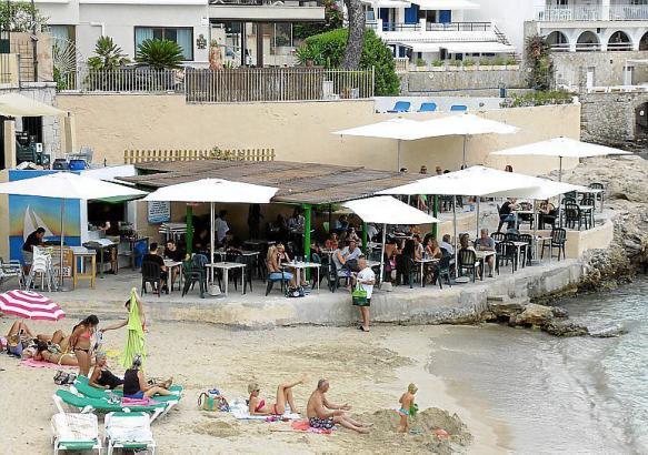 An den Strand von Cas Catalá zog es am Sonntag trotzdem viele Menschen.