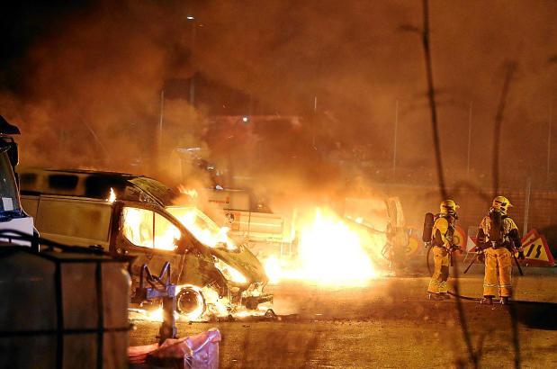 Die Fahrzeuge auf dem Gelände der Straßenmeisterei der Inselrates von Mallorca an der Playa de Palma brannten lichterloh.