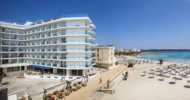 Das Universal Hotel Perla befindet sich in S'Illot am Strand.