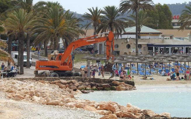 Bagger trüben den Strandgenuss in Santa Ponça.