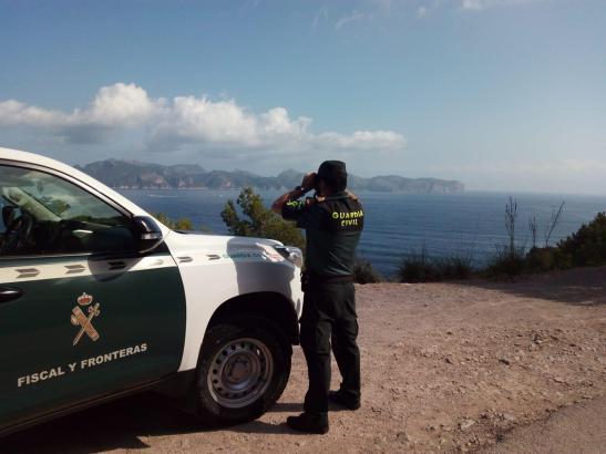 Anstrengende Suche: Ein Beamter der Guardia Civil fixiert das Meer.