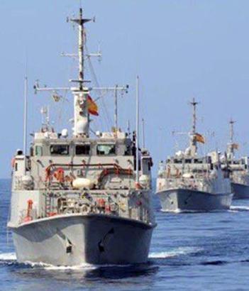 Zwei Minensuchboote beteiligen sich an der Suche nach dem verschwundenen Flugzeug.